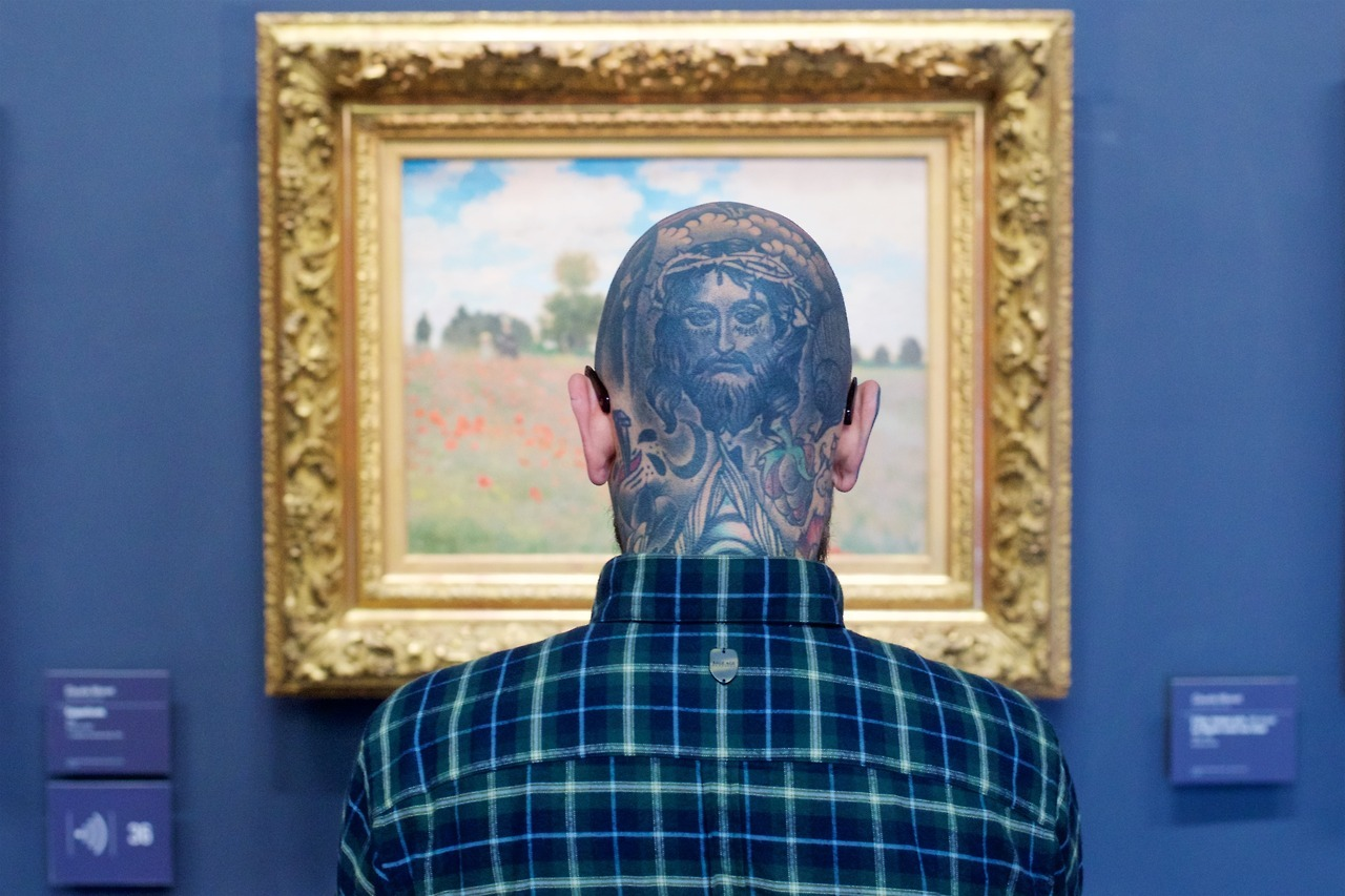 people-matching-artworks-12